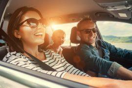 Família feliz viaja de carro